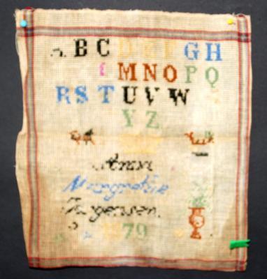 Stickmustertuch-Mustertuch-antik-Sticktuch-ABC-Tuch-1879-sehr-alt-Stickmuster