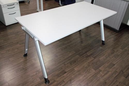Schreibtisch in lichtgrau A-Fuß Gestell, Büromöbel System: \
