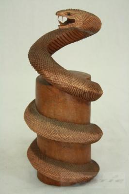 Cobra am holzstamm 30 cm schlange viper deko holzfigur - Holzstamm deko ...